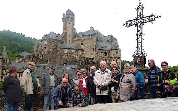 Una partida de l'amassa del C.O.R. sus lo pont gothic,dessus d'Olt. Lo castèl d'Estanh es de l'autra part
